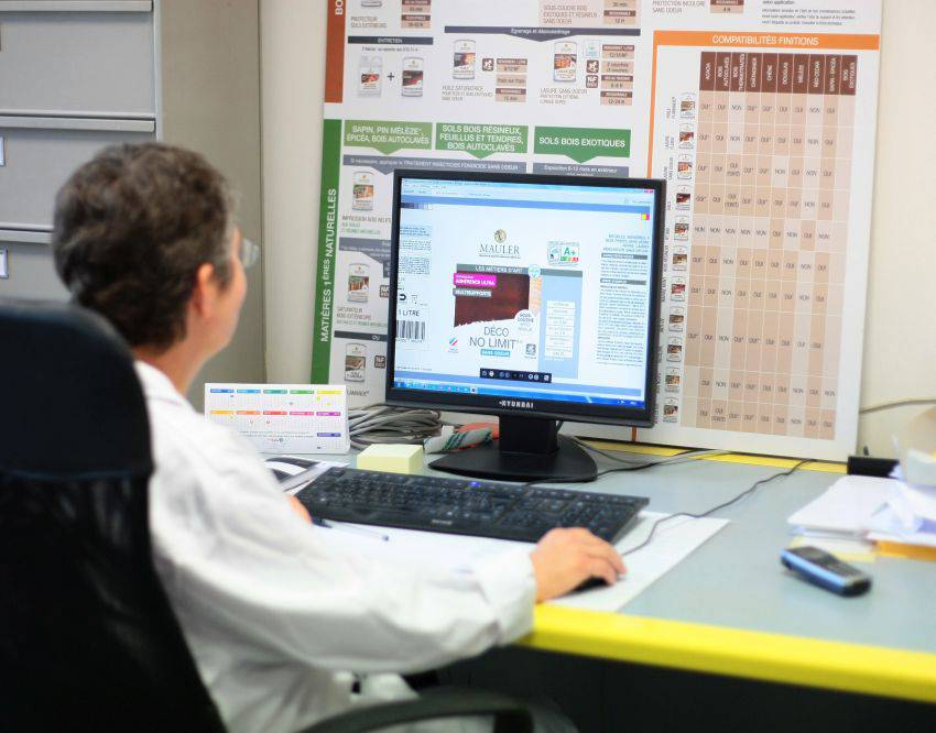 Membre du labo travaillant sur un ordinateur