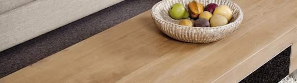 Application du vernis sur un meuble